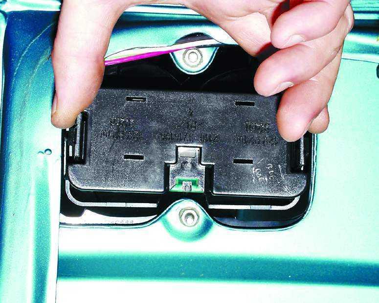 Замена фонаря на крышке багажника ВАЗ 2110